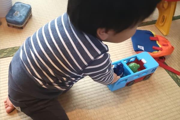 がったいブルーンバスで遊ぶ息子