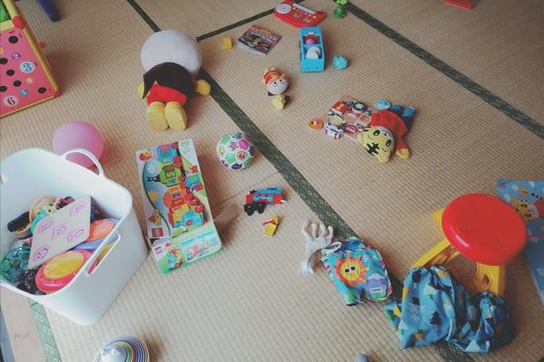 おもちゃで散らかった我が家