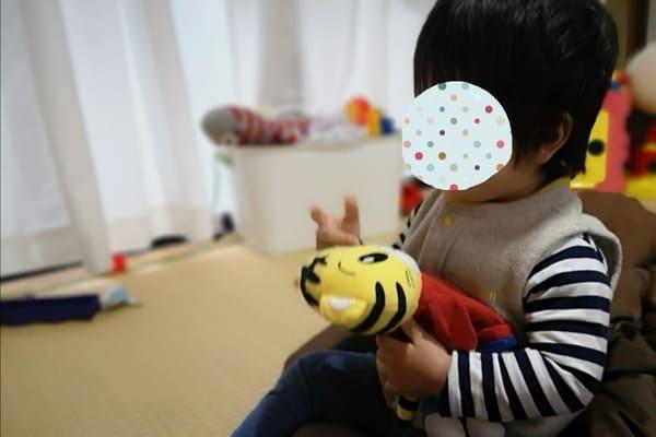 キッズラインのシッターさんと人形遊びをする息子