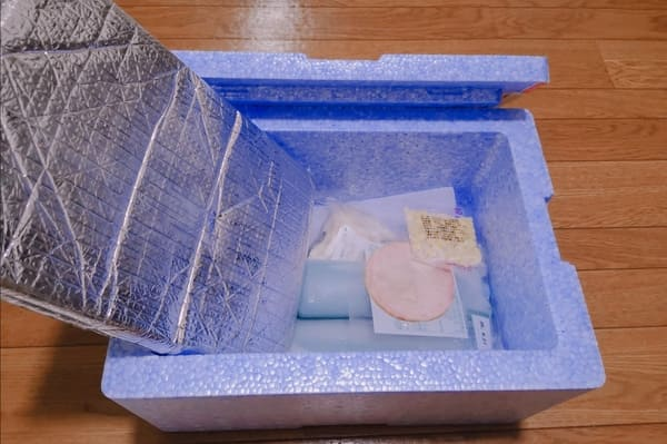 食材が入ったヨシケイの宅配ボックス