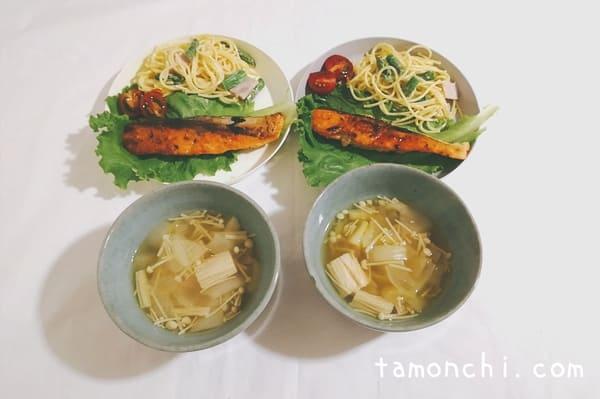 日替わりメニューの写真。鮭、サラダ、コンソメスープの3品。
