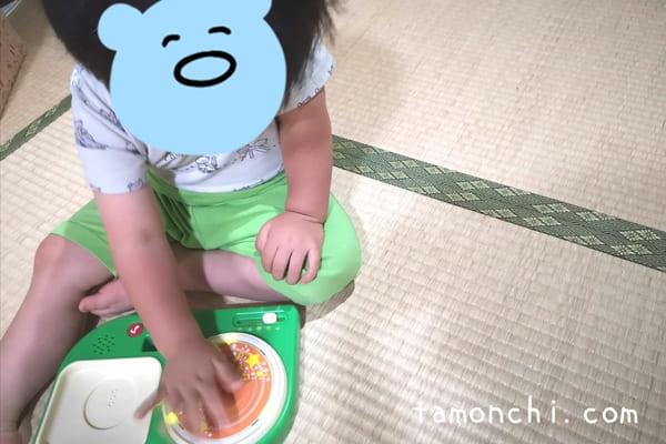 ひかるリズムドラムで遊ぶ息子