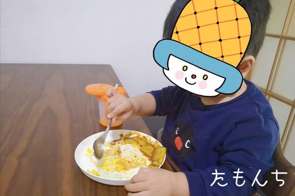 オイシックスの食材を食べる息子