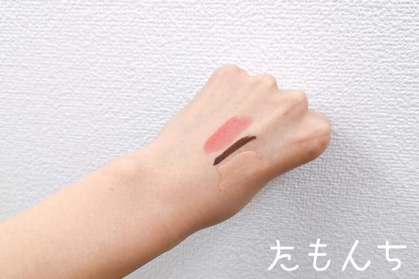 化粧品を塗った手